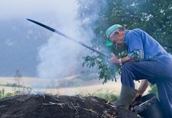 Alimentando la carbonera para que no se apague