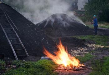 """Preparando el """"Betagarri"""" para encender la carbonera"""