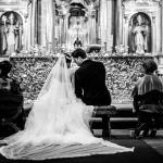 Las confidencias de los novios en la iglesia. © Booda Fotografía