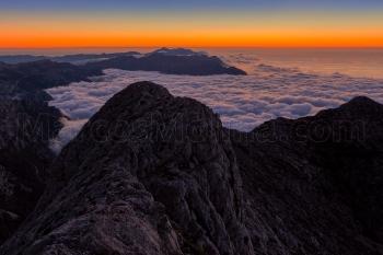 Crepúsculo en la cima del Puig Major. Una capa de estratocúmulos cubre el valle de Sóller. Sierra de Tramuntana, Mallorca
