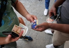 buying card to connect to internet in cuba, photo tour by louis alarcon
