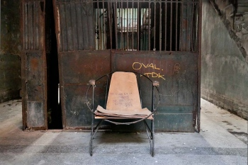 chair in havana 8 , photography tour by louis alarcon