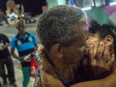 kiss between two cubans in havana´s carnivals.