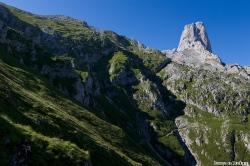 La luz rasante de la mañana se cuela silueteando las laderas, adornan las ascensión y deleitan el ojo del fotógrafo.