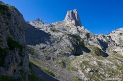 Abajo a la izquierda podemos ver a dos montañeros (Paula y Pol) en uno de los pasos volados que conducen hacía la base del picu.