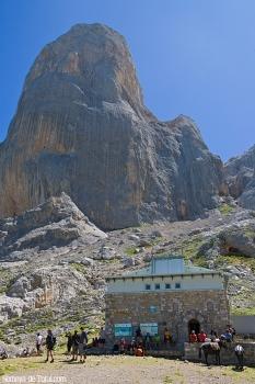 Refugio en la base del Urriellu.