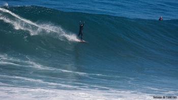 Clásico momento de explosión de felicidad al finalizar la ola y la suelta de adrenalina, Jorge lo demuestra efusivamente (Asturies).