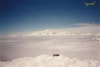 Des-de el Glaciar de Bellecote (3.000 m.), les pistes de esquí de la Plane sota la boira, als fons el Montblanc.