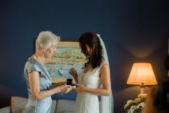 novia con su madre preparativos
