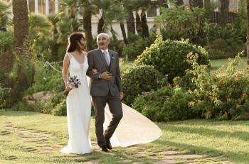 la novia y su padre camino a la ceremonia
