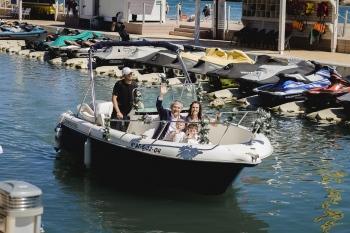 novia en barco llegada al Parador de Jávea