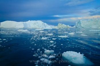 Hielo derretido - Icebergs desprendidos del glaciar Sermeq Kujalleq, Bahía de Disko, Greenland. Edición: 10/10 + 2P/A