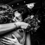 Los abrazos de la novia. © Booda Fotografía
