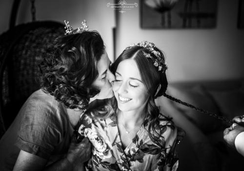 Artesano de la Luz - Fotografia de boda - madre besando a la novia