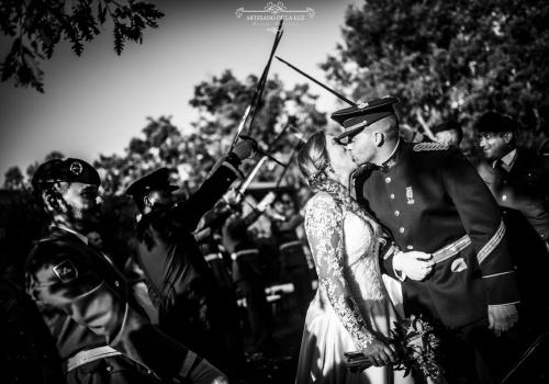 Artesano de la Luz - Beso bajo los sables de una boda en Aldea Tejera Negra