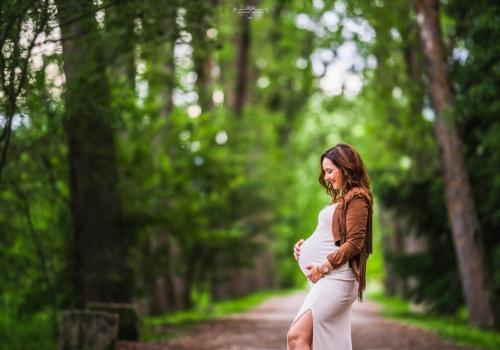 Sesión de embarazo en el bosque