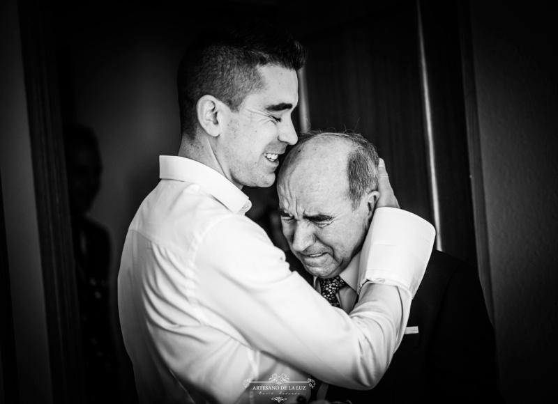 Artesano de la Luz - Fotografia de boda - Abrazo de hijo y padre