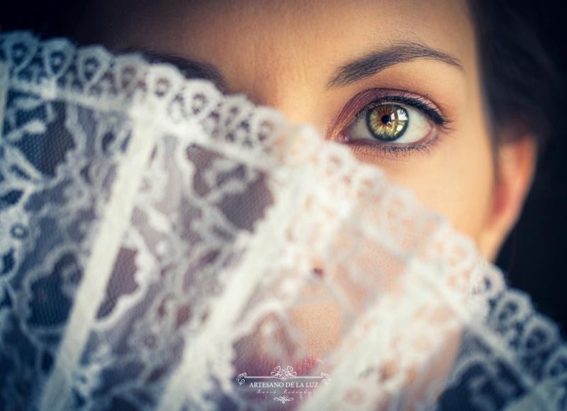 Artesano de la Luz - Fotografia de boda - Mirada a través del abanico