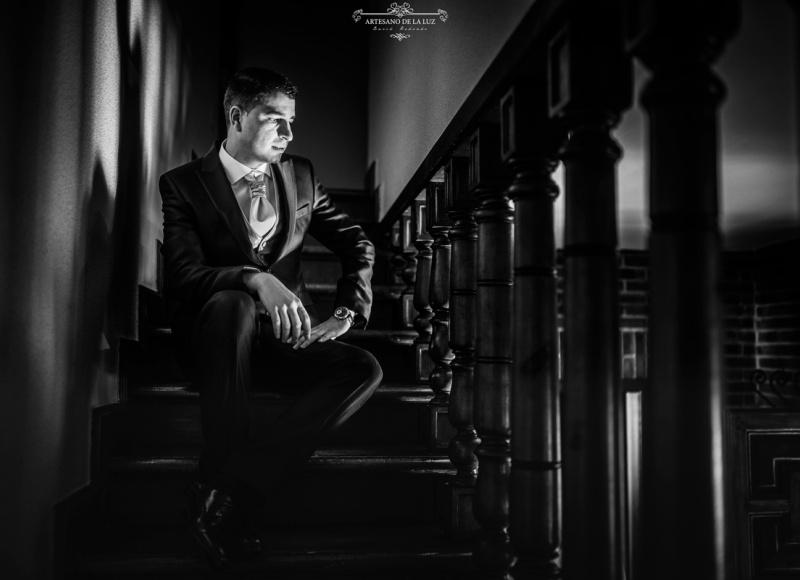 Artesano de la Luz - Fotografia de boda - novio sentado en la escalera
