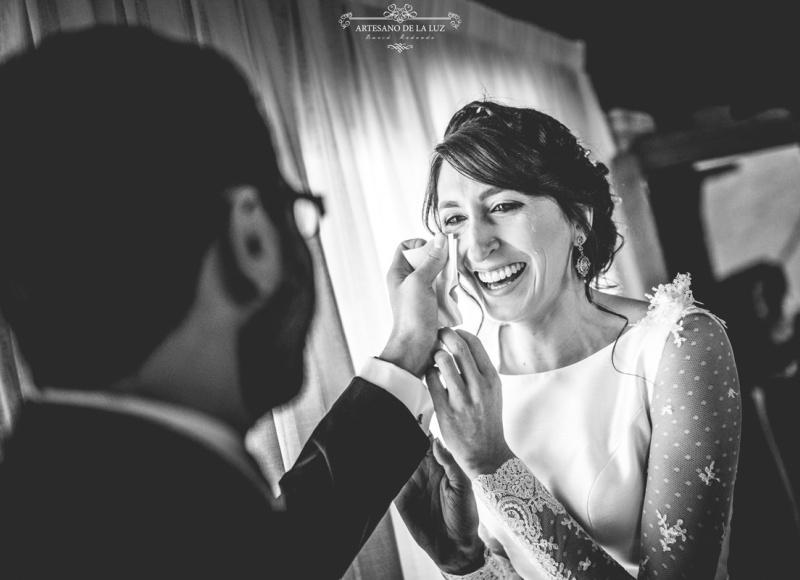 Artesano de la Luz - Fotografia de boda - Hermano secando las lágrimas a la novia
