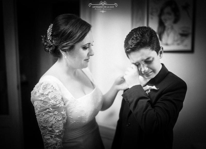 Artesano de la Luz - Fotografia de boda - la novia seca las lágrimas de su hijo