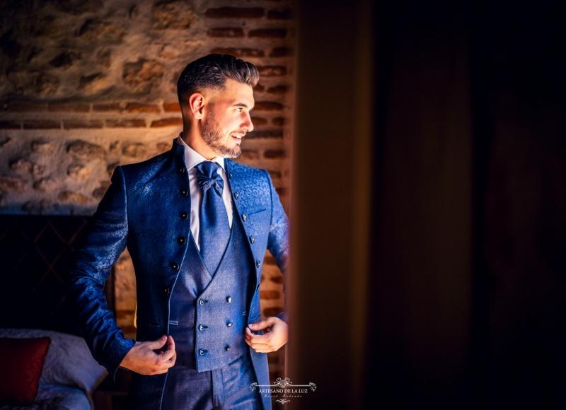 Artesano de la Luz - Fotografia de boda - novio sonriendo en la ventana