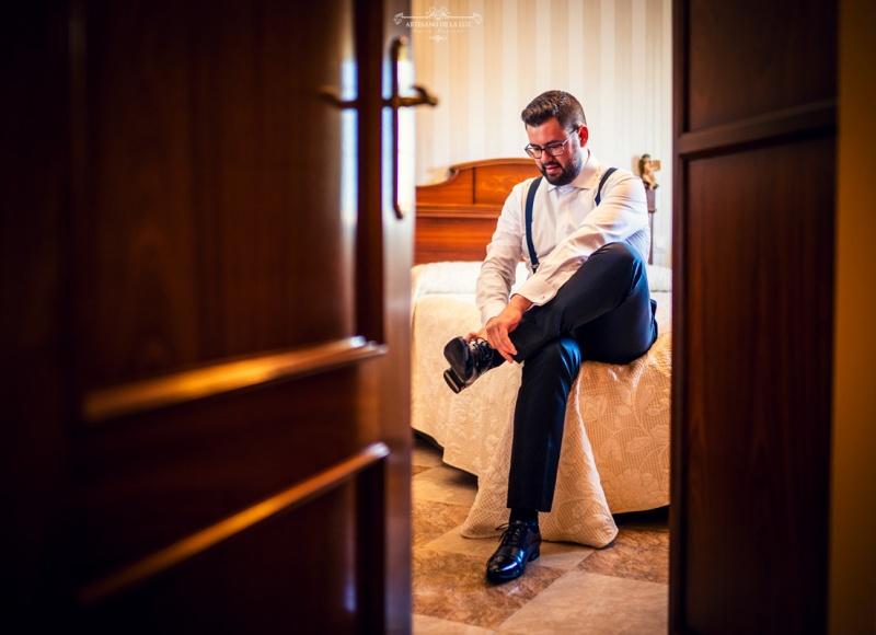 Artesano de la Luz - Fotografia de boda - novio calzándose los zapatos