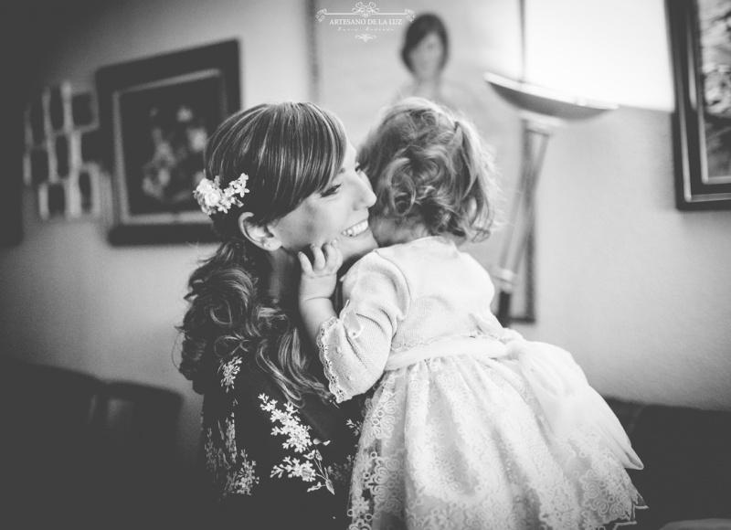 Artesano de la Luz - Fotografia de boda - novia jugando con su hija