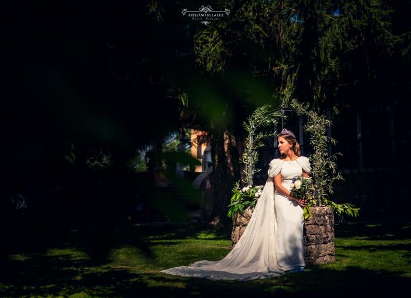 Artesano de la Luz - Fotografia de boda - novia en los jardines