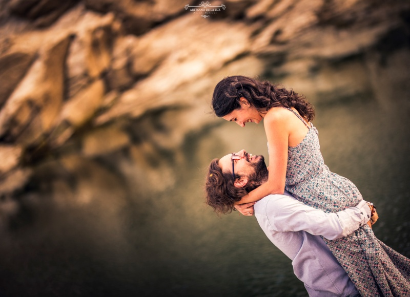 Artesano de la Luz - Sesión de preboda con pareja abrazándose frente al embalse del atizar