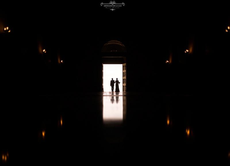 Artesano de la Luz - Entrada de la novia junto al padrino y reflejo al contraluz en la basílica Del Valle de los Caídos