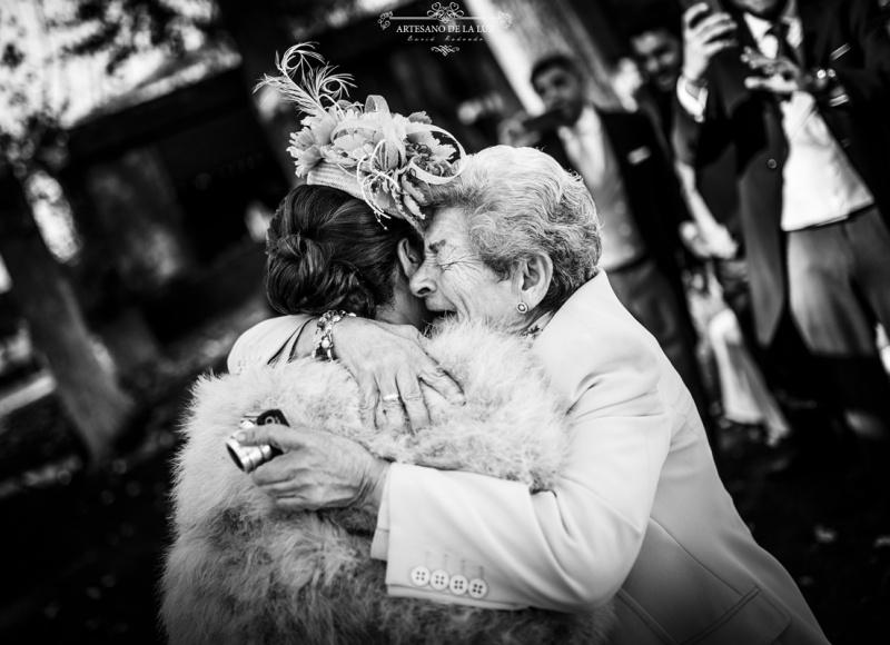 Artesano de la Luz - Abrazo entre madre e hija en una boda en Casas de Lujan