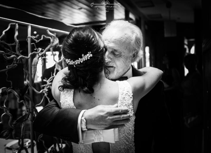 Artesano de la Luz - Emotivo abrazo entre la novia y su padre previo a la boda en Hacienda Jacaranda