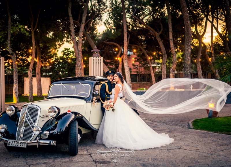 Artesano de La Luz - Foto con coche clásico de boda en La Romanée