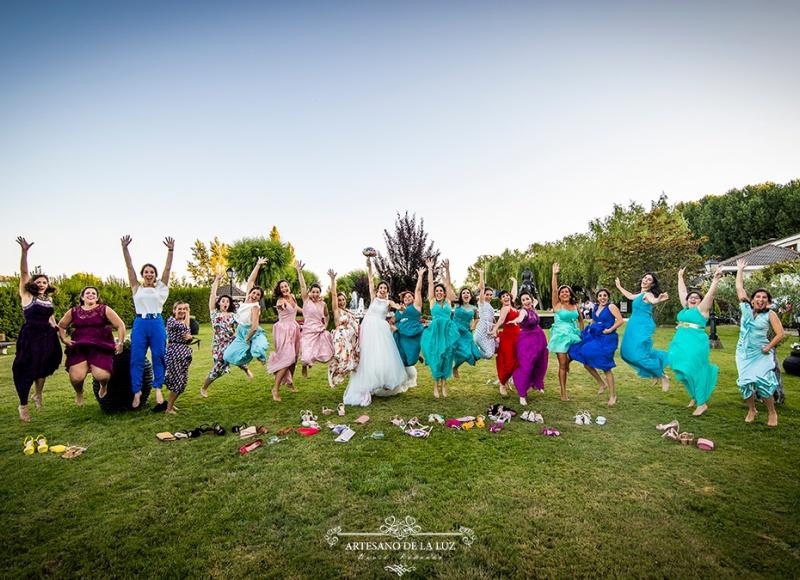 Artesano de la Luz - foto de la novia saltando con sus amigas