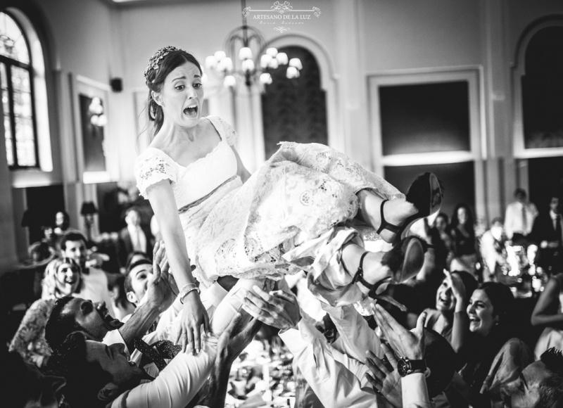 Artesano de la Luz - fotos de boda manteando a la novia