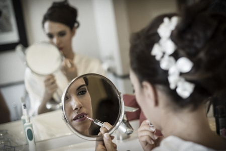 la novia retocandose ante el espejo