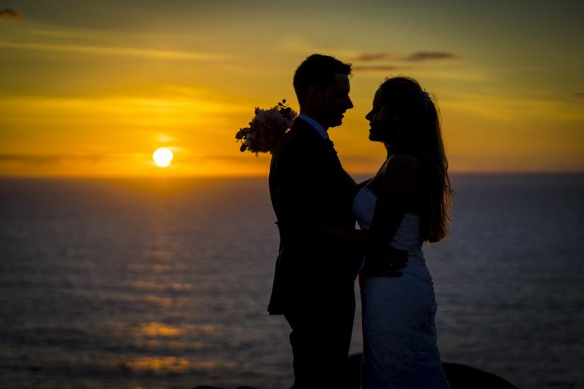 Silueta de los novios con la puesta de sol sobre el mar
