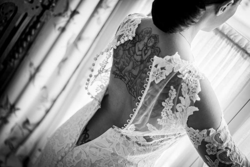 detalle de la espalda de la novia