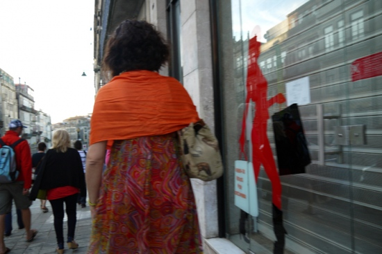 La mujer de rojo.