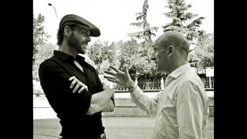 Conversando con Antoni Gárate (derecha) presentador de La Hora Cultural, Canal 24 Horas de TVE, después del esreno de una de mis obras en los Teatros del Canal. Madrid, 2016.
