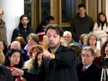 El gran director italiano Vincenzo Di Mauro dirigiendo mi música en un momento del concierto. Orquesta Filarmónica de Mascalucia (Catania, Italia). Enero, 2016.