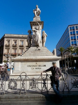 Posando junto al monumento dedicado al gran compositor Vincenzo Bellini, nacido en la misma Catania. Catania, enero 2016.