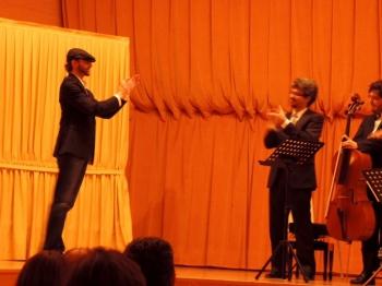 """Saludando y aplaudiendo junto al público a los intérpretes momentos después de la interpretación de """"Allegro en Re"""""""