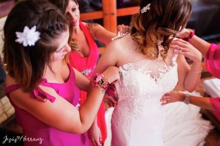 Ayudando a la novia a vestirse
