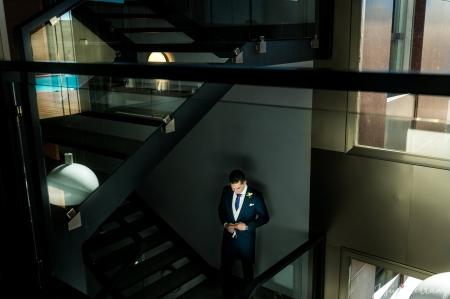 Novio en las escaleras antes de la boda