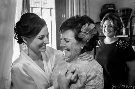 Mama emocionada con la novia