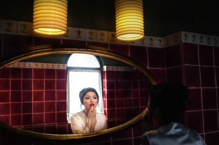 La novia se da un retoque en los labios
