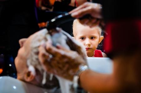 La nieta mira como lavan el pelo a la abuela