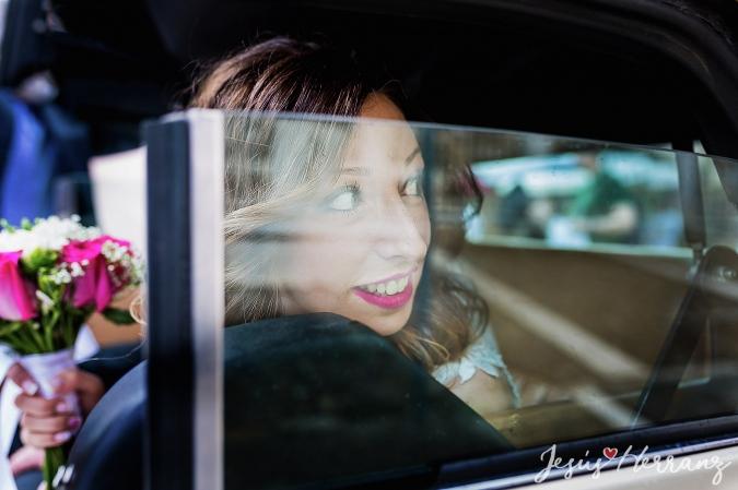La novia mirando por el coche
